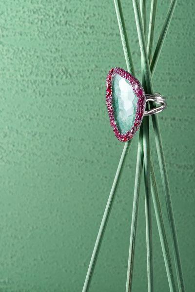 anello pietra verde e rubini still life jewellery